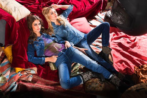 zwei_damen_auf_der_couch