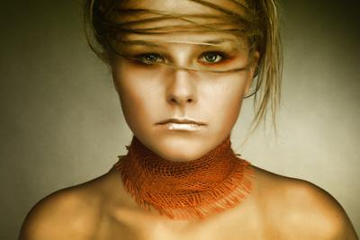 2013 Frau mit Haaren im Gesicht