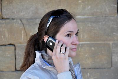 2013_Junge Frau telefoniert mit iPhone