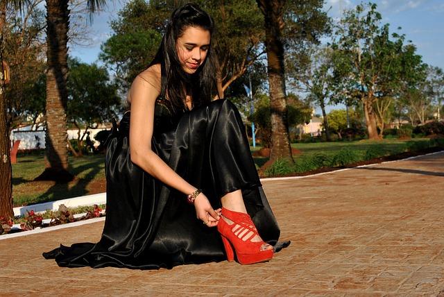 schwarzes kleid mit roten schuhen