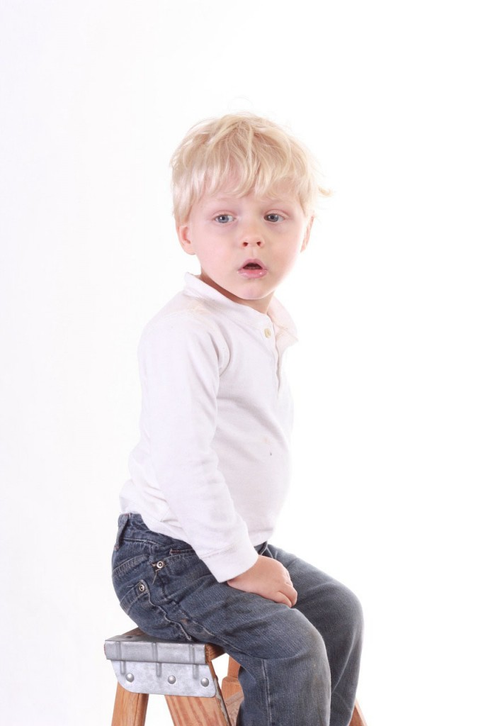 junge mit dark wash jeans