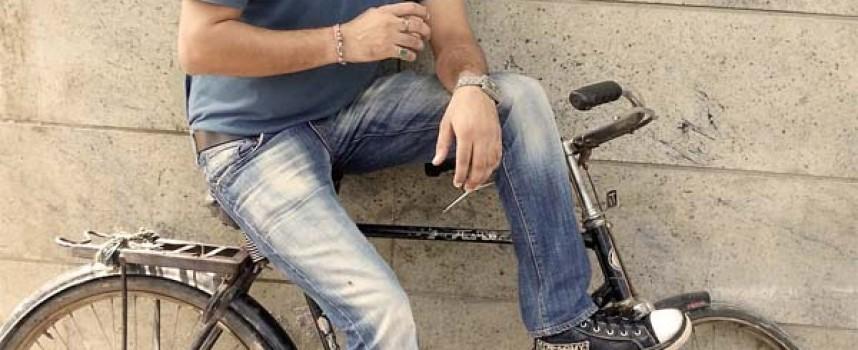 Jeans mit Waschung – blau und farbig