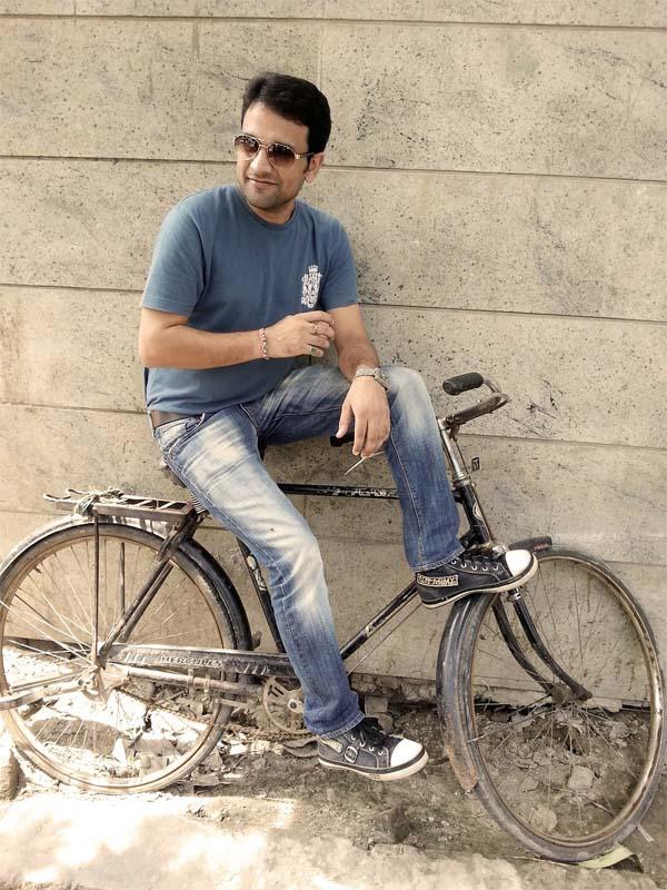 man auf dem fahrrad mit jeanshose