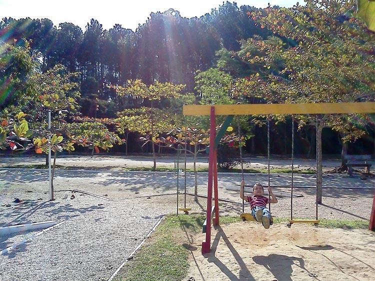 sommerlicher kinderspielplatz