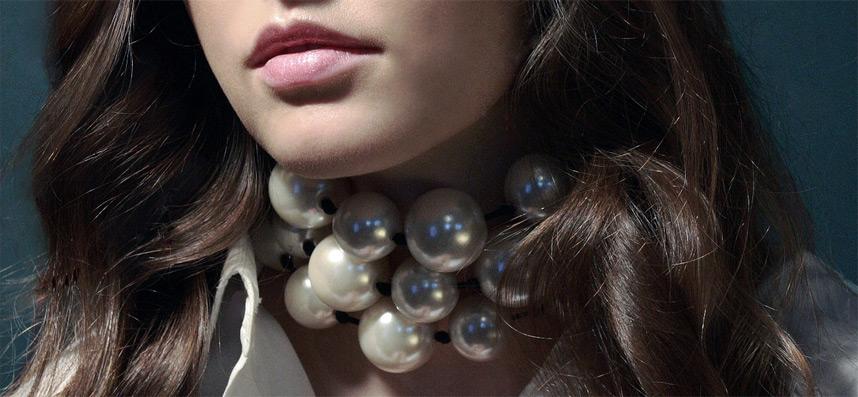 kunst-perlen-zum-weissen-hemd