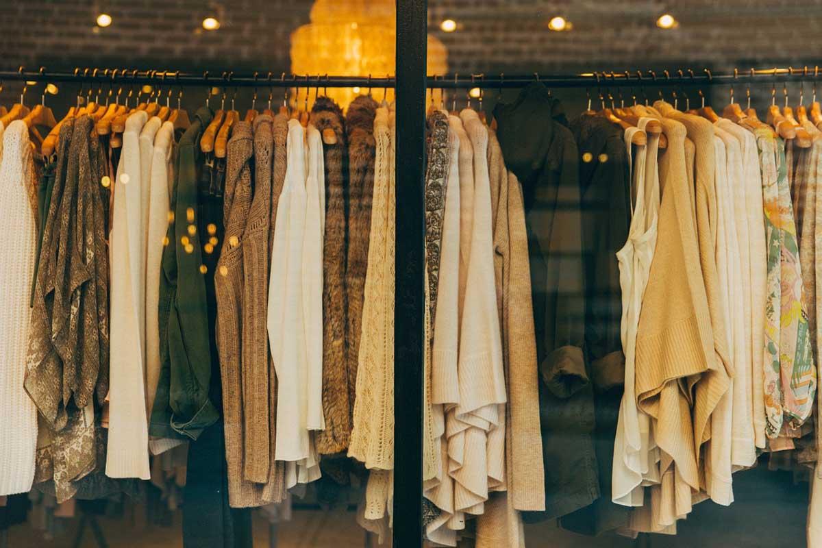 Kleiderstänge Schaufenster Modegeschäft