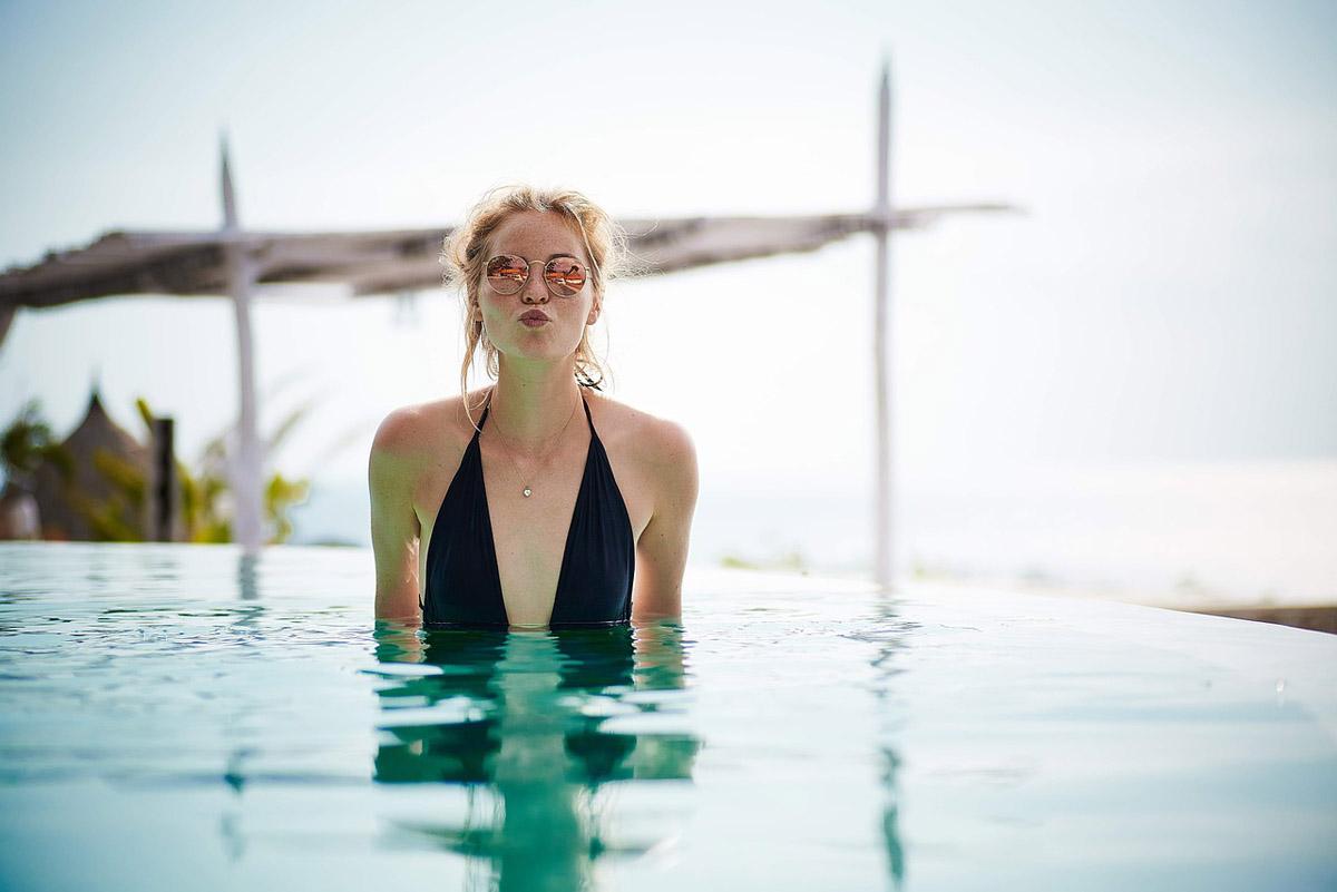 Schwimmbad Badeanzug Küsschen