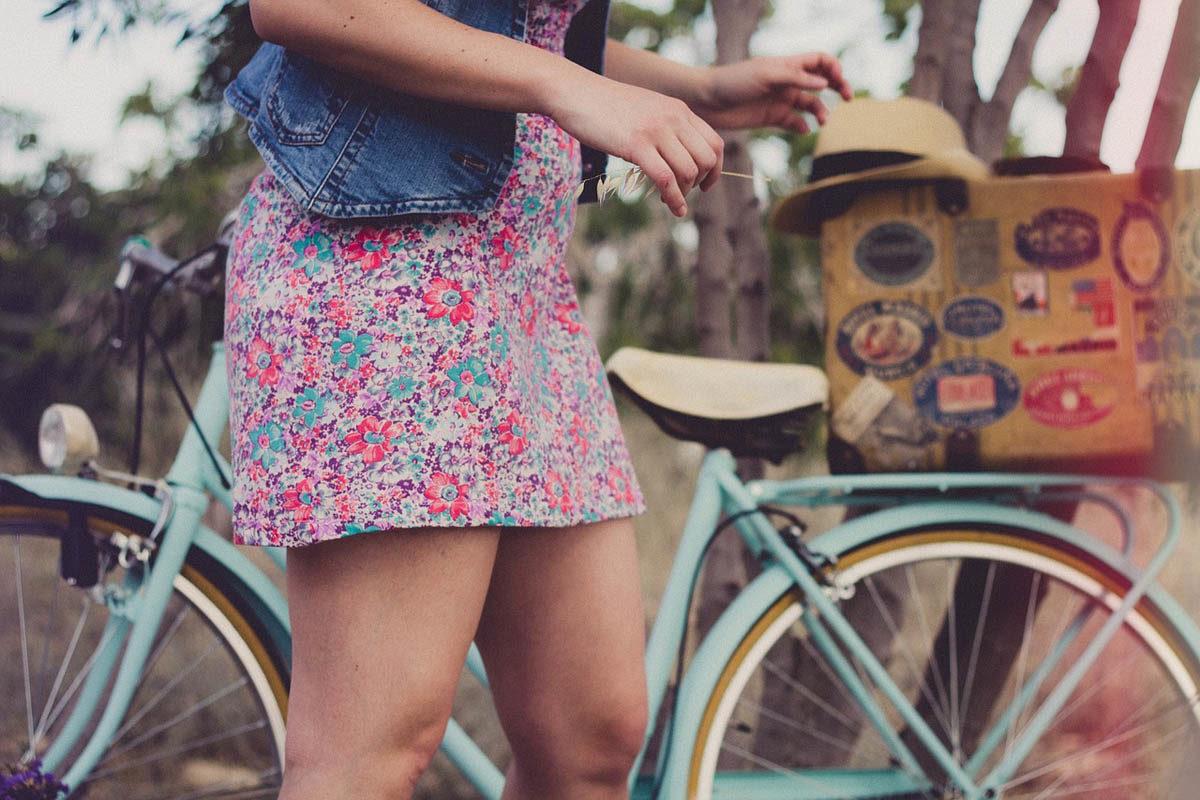 Kleid Jeansweste Fahrrad Frau