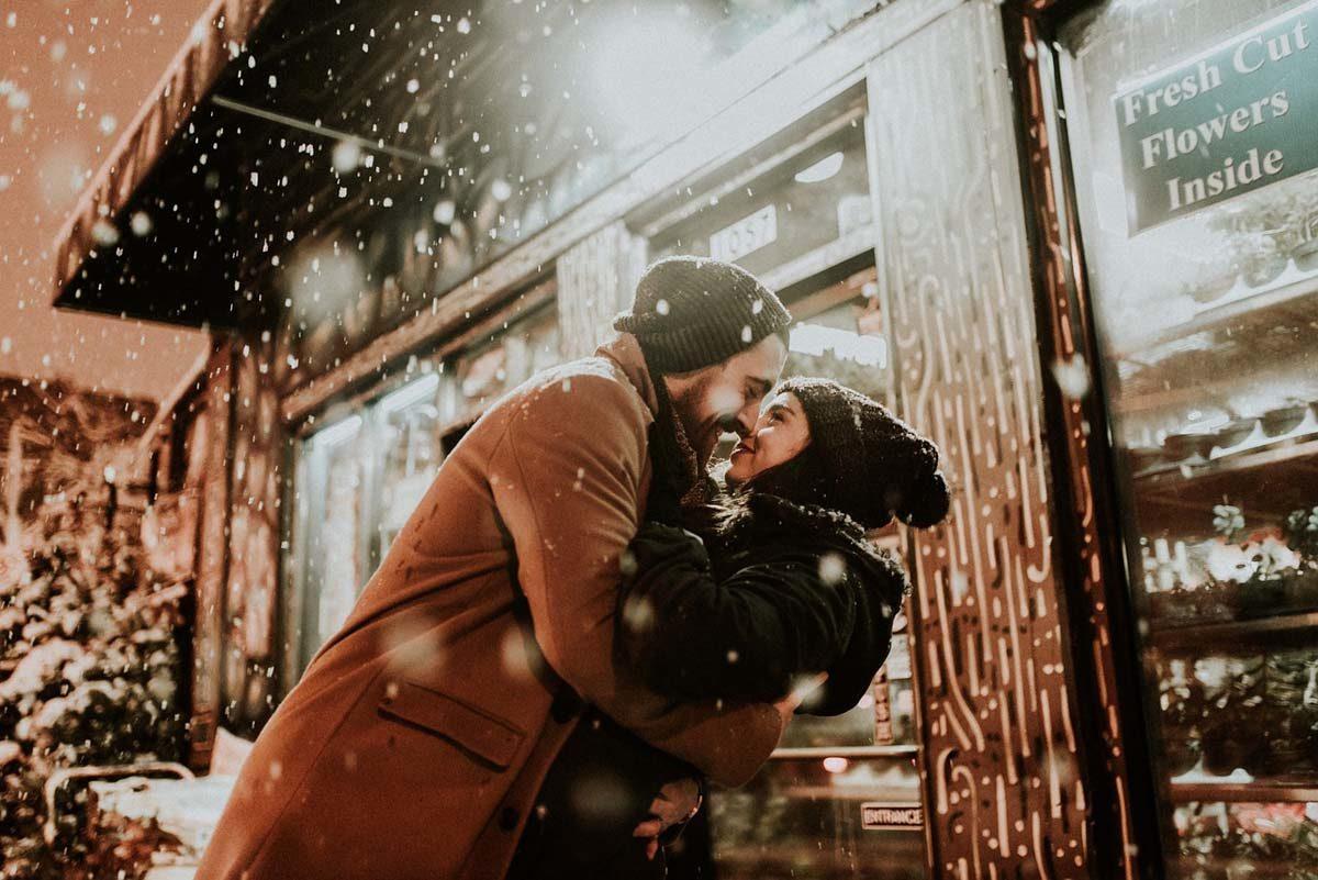 Paar Kuss Schnee